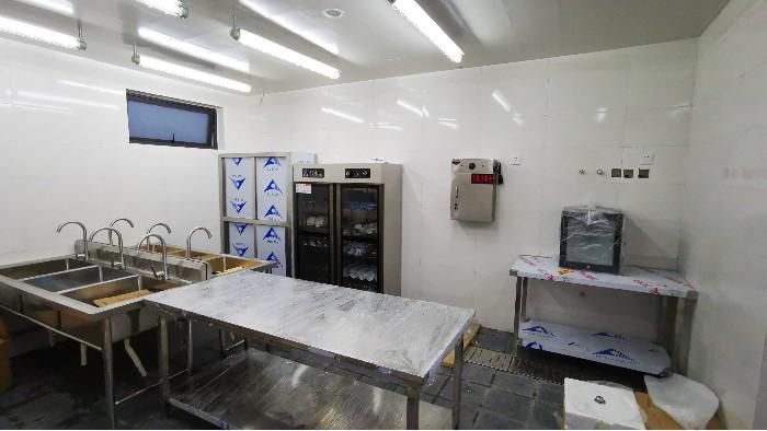 如何选择合适的商用厨房设备工作台?